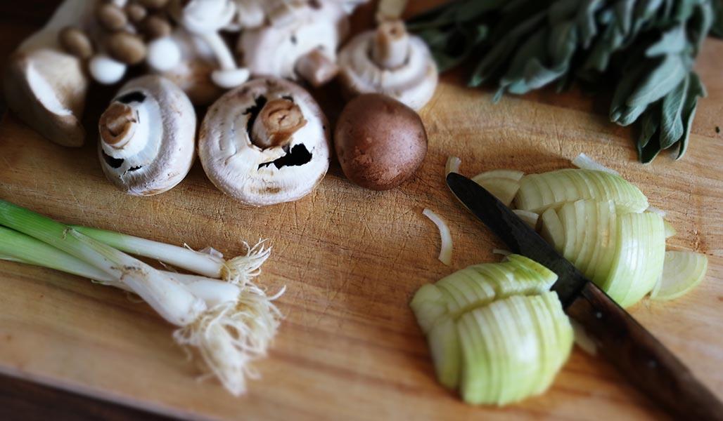 Blattsalat mit Rosmarin-Knoblauch-Pilzen