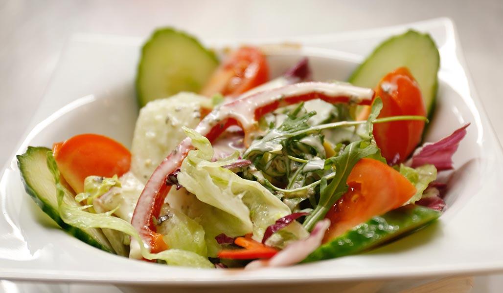 Bunter Salat mit Thunfisch-Mandel-Creme