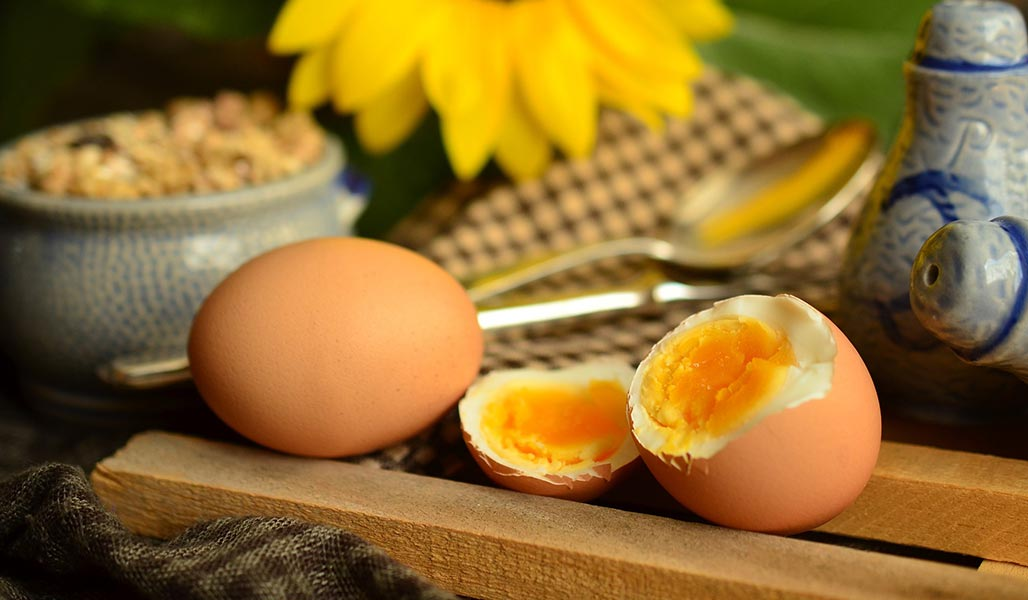 Eier im Glas mit Rucola und Pilzen