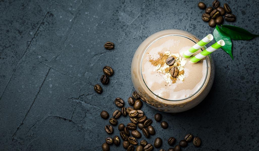 Milchkaffee-Kokos-Erdnuss-Drink
