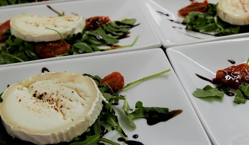 Ziegenkäse auf Baby-Leaf-Salat