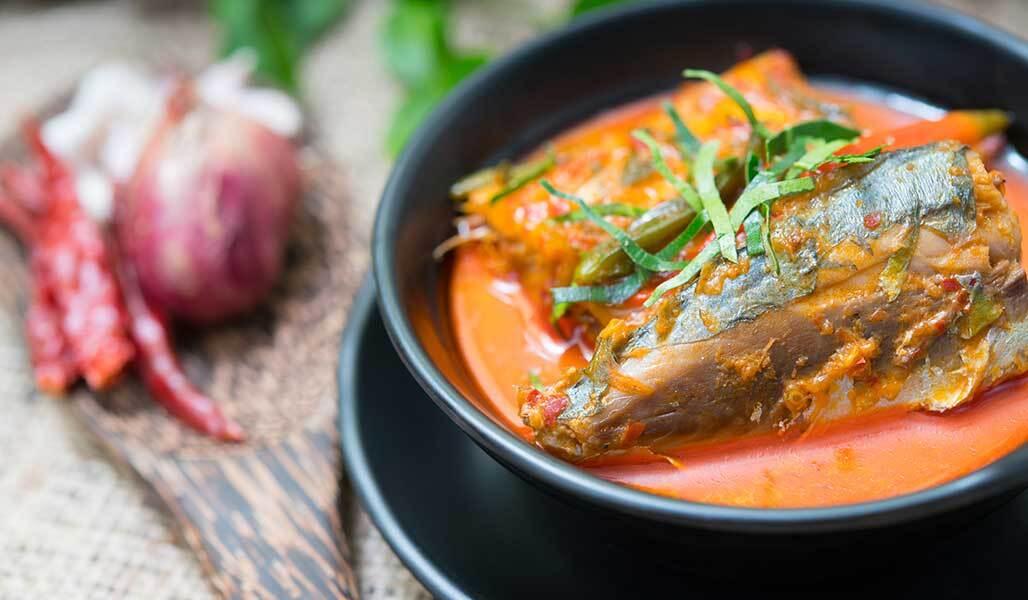Makrelen-Kokos-Curry mit Mangold