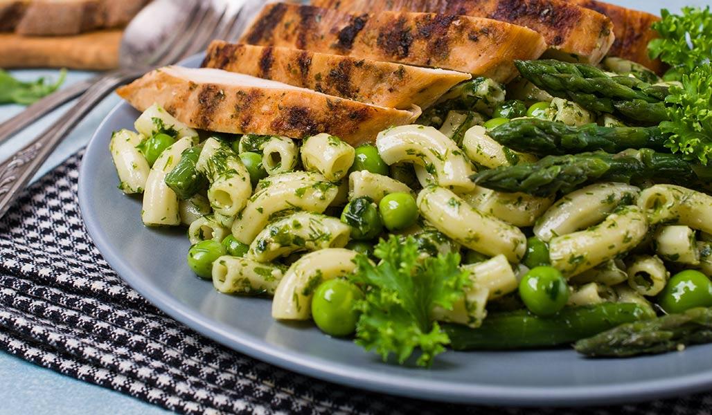 Nudel-Bohnen-Salat mit Löwenzahn