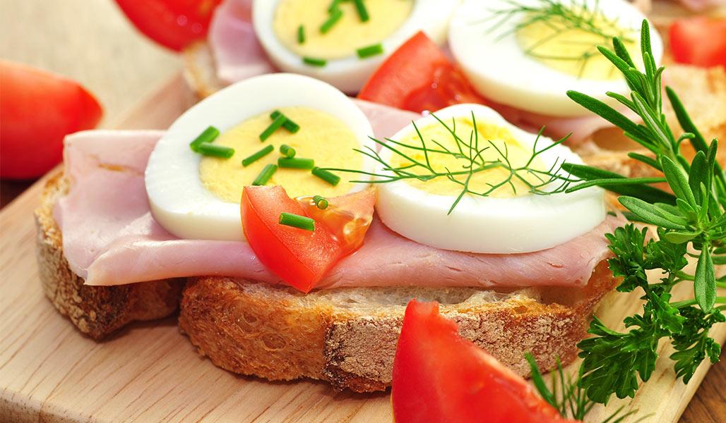 präbio Brot mit Ei, Schinken und Kräuterjoghurt
